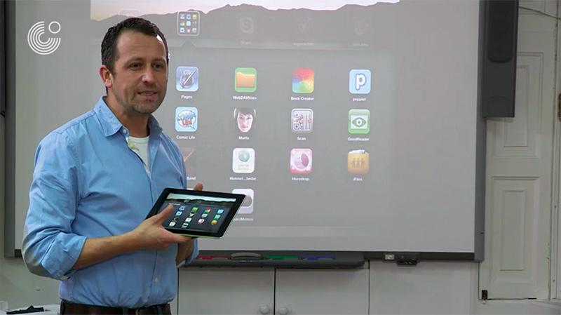 Lehrer-mit-iPad